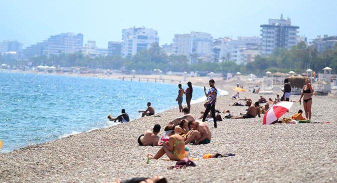Antalya'da kısıtlamadan muaf turistler sahilin tadını çıkardı