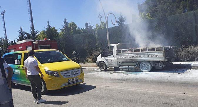 Serik'te kamyonette yol ortasında yangın çıktı