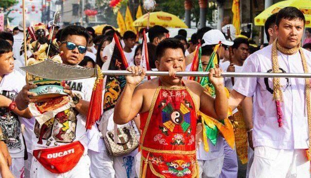 Dünyanın en ilginç festivali! Phuket Vejetaryen Festivali'ne katılanlar şaşkınlık yaratıyor