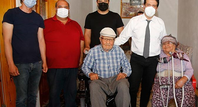 90 yaşındaki İlyas Yılmaz hayalindeki akülü arabaya kavuştu