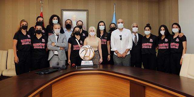 Antalya 07 Basketbol takımı AÜ Rektörü Özlenen Özkan'ı ziyaret etti