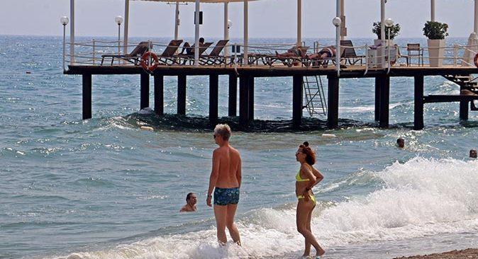 Rus turistler, Antalya'daki otellerde alınan tedbirlere hayran kaldı