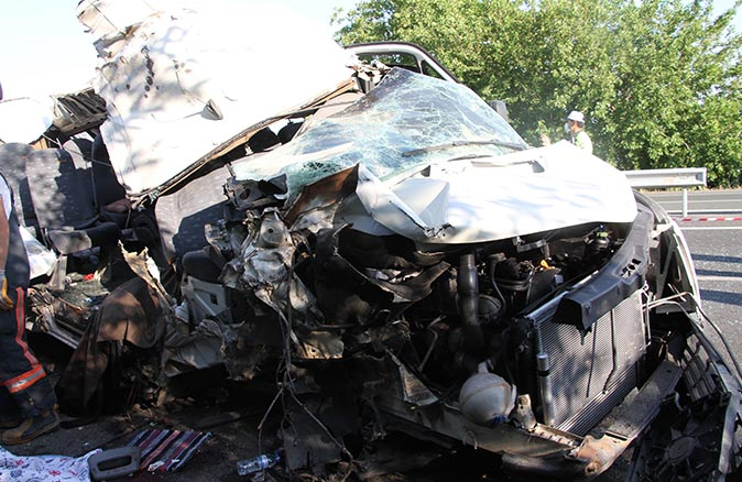 Düğün yolunda kaza! Minibüs kamyona çarptı