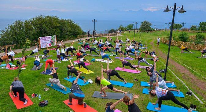 Muratpaşa'da Dünya Yoga Günü kutlandı
