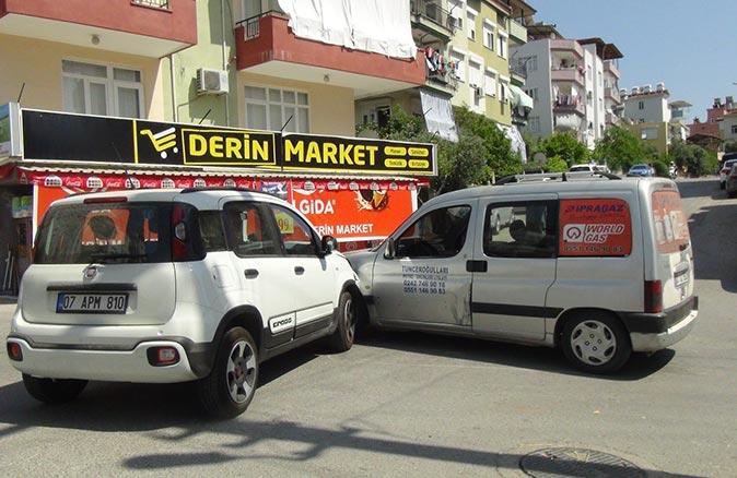 Antalya'da kontrolsüz kavşakta kaza! Araçlar kafa kafaya çarpıştı