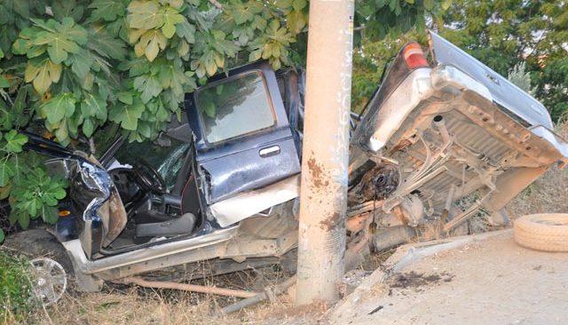 Antalya'da kamyonette sıkışan kardeşleri itfaiye kurtardı
