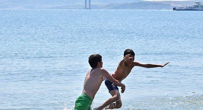 Lapseki sahillerinde deniz salyası kabusu! Girmek yasaklandı