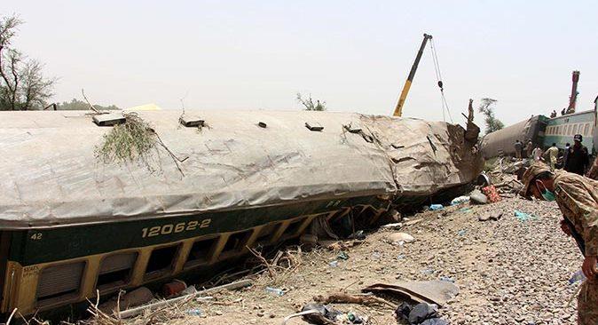 Pakistan'da iki yolcu treni çarpıştı! Ölü sayısı 36'ya yükseldi