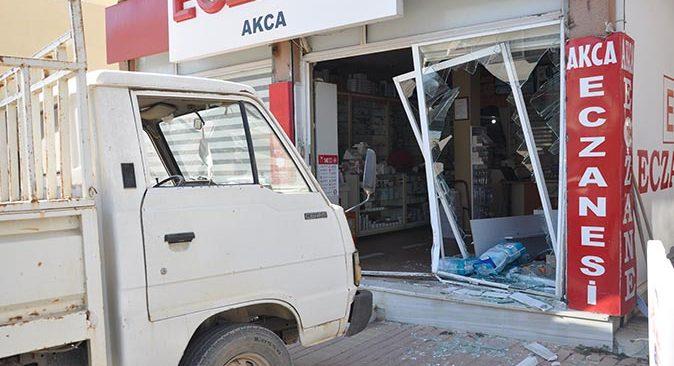 Antalya'da kardeşinin dükkanına kamyonetle girdi
