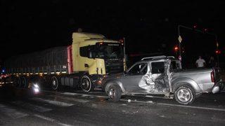 Antalya'da Tır kamyoneti metrelerce sürükledi