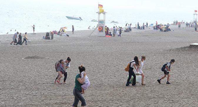 Antalya'da yağmur aniden bastırdı, tatilciler zor anlar yaşadı