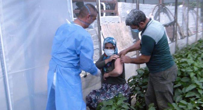 Aşı randevusu alamayan Abdullah ve Gülay Biber çifti serada aşılandı