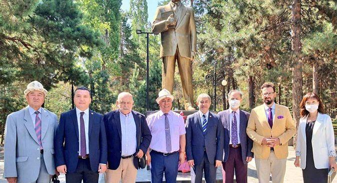 TGK ve AGC heyetinden Atatürk büstüne çelenk