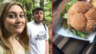 Az kalsın turşu diye yiyeceklerdi! Hamburgerin içinden sümüklü böcek çıktı