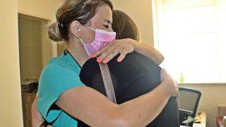 Eşini Covid-19'dan kaybetti, ona en son dokunan doktorun ellerini öpmek istedi