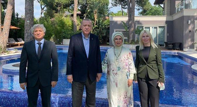 Cumhurbaşkanı Erdoğan, Rektör Özlenen Özkan ve eşi Ömer Özkan'la buluştu