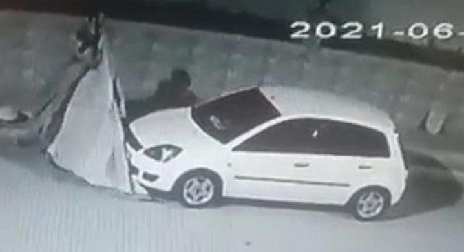 Antalya'da otomobil üzerindeki brandayı çaldı! Rahat tavırları şaşırttı