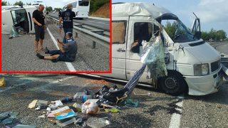 Antalya'da kuruyemiş yüklü minibüs devrildi! Yaralılar var