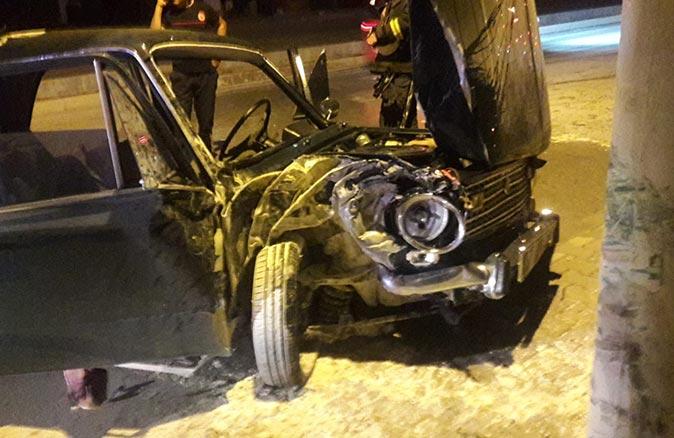 Antalya'da otomobil kaldırıma çıkarak direğe çarptı! Yaralılar var