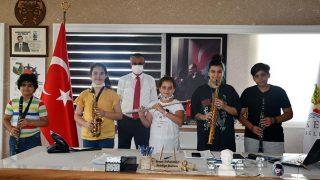 Kemer Belediyesi Gençlik Bandosunun ilk öğrencileri Başkan Necati Topaloğlu'nu ziyaret etti