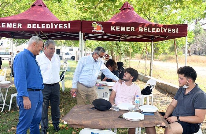 Başkan Necati Topaloğlu'ndan öğrencilere moral kahvaltısı