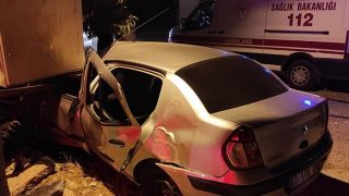 Antalya'da otomobil trafoya çarptı