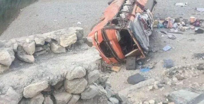 Pakistan'da yolcu otobüs devrildi