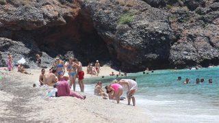 Antalya'da plajlar tıklım tıklım doldu