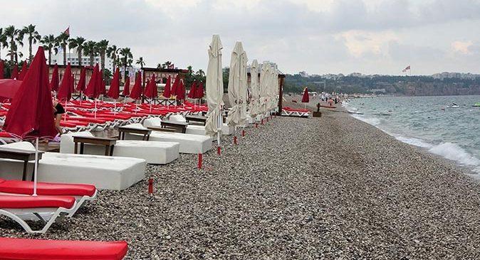 Antalya'da yağan yağmur Konyaaltı Sahili'ni boşalttı