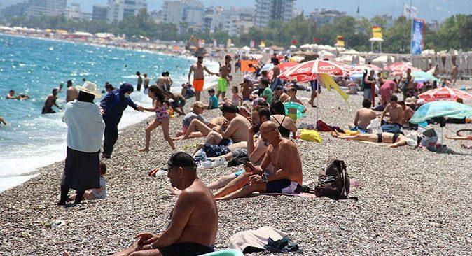 Antalya'da hava sıcaklıkları arttı! Vatandaşlar Konyaaltı Sahili'ne akın etti