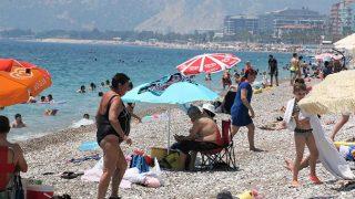 Antalya'da vaka sayıları düştü, Konyaaltı Sahili doldu taştı