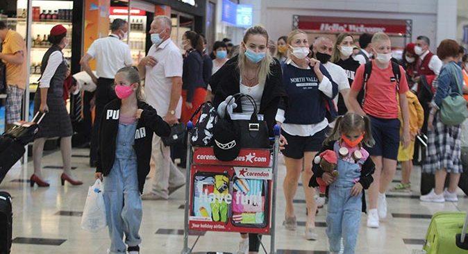 Seyahat kısıtlaması kalktı, Rus turistler Antalya'ya akın etti