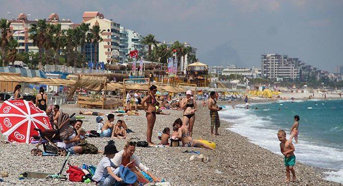 Antalya'da turistler sahile akın etti