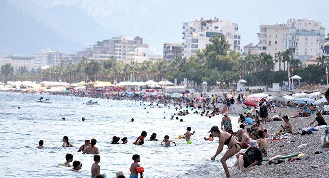 Antalya'da mayosunu alan Konyaaltı Sahili'ne koştu!