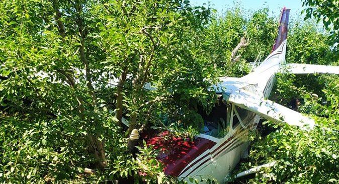 Bursa'da eğitim uçağı meyve bahçesine acil iniş yaptı: Yaralılar var