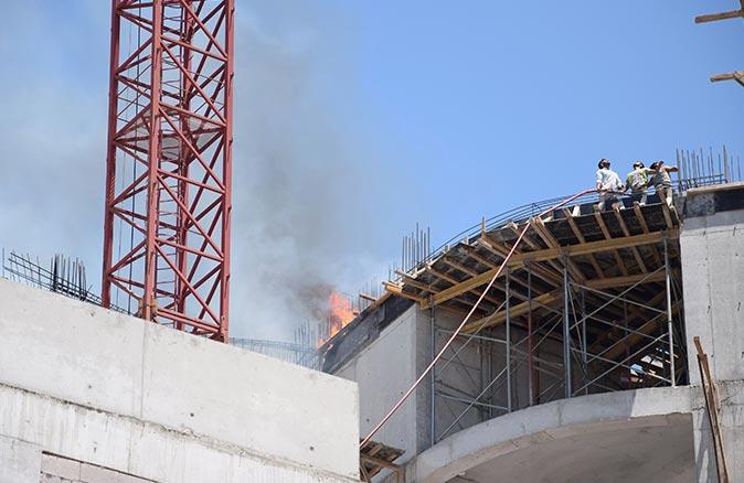 Kumluca Devlet Hastanesi ek bina inşaatında yangın!