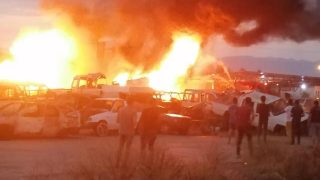 Antalya'da korkutan yangın! Araçlar alev alev yandı