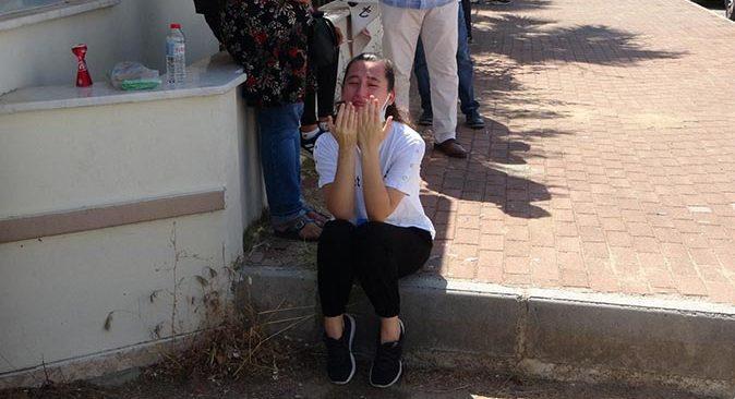 Antalya'da sınava giremeyen genç kız gözyaşlarına boğuldu