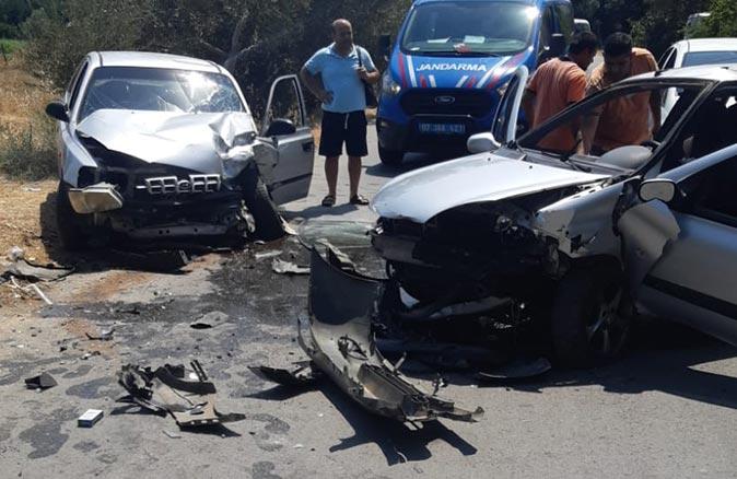 Antalya'da 2 otomobil kafa kafaya çarpıştı