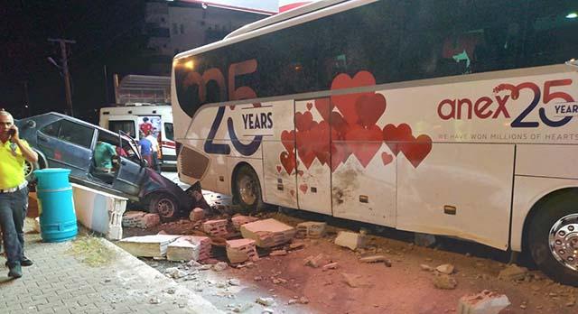 Akaryakıt istasyonuna dalan otomobil, tur otobüsüyle çarpıştı