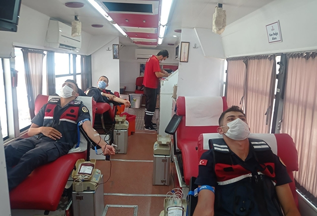 Antalya'da jandarmadan Kızılay'a kan bağışı