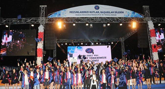 Akdeniz Üniversitesi'nde 6 fakülteye daha mezuniyet töreni yapıldı