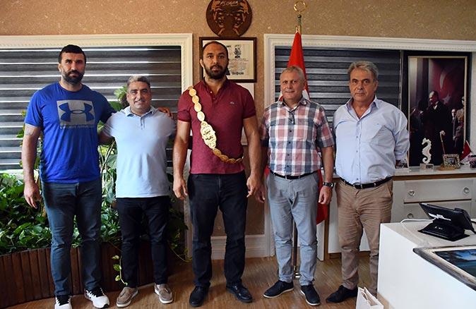 Kırkpınar başpehlivanı Ali Gürbüz'den  Kemer Belediyesi'ne ziyaret