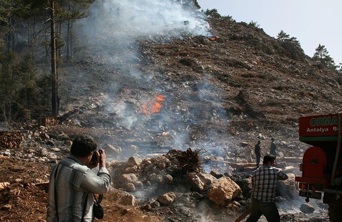 Antalya'da orman yangının soğutma çalışmaları devam ediyor