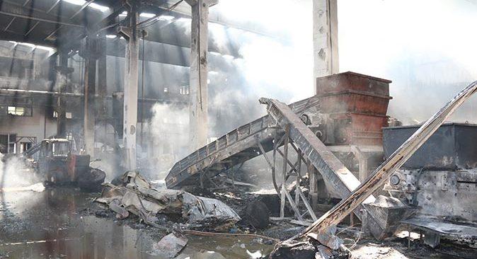 Antalya'da plastik fabrikası alev alev yandı! Geriye küle dönmüş yığınlar kaldı