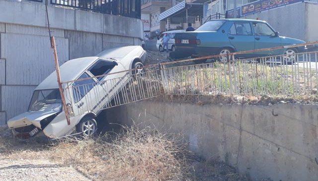 Antalya'da el freni çekilmeyen otomobil 5 metreden aşağı düştü