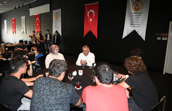 Vali Ersin Yazıcı, Çocuk Evleri Sitesi'nde kalan çocuklarla bir araya geldi