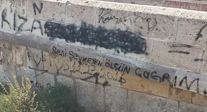 Tarihi köprüyü sprey boyalarla tahrip ettiler