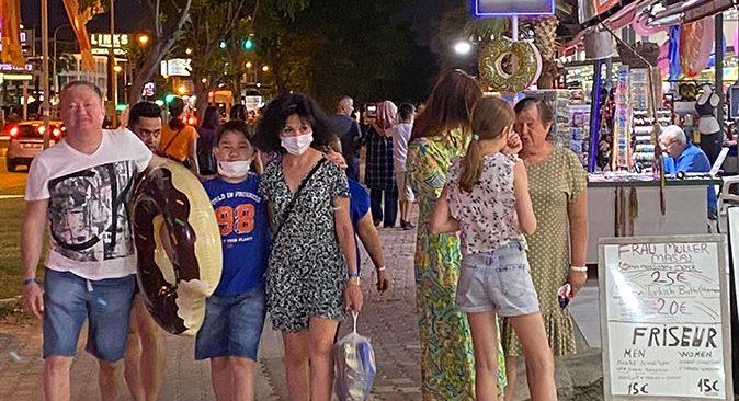 Turistlerin akın akın geldiği Antalya'da esnafın yüzü gülüyor