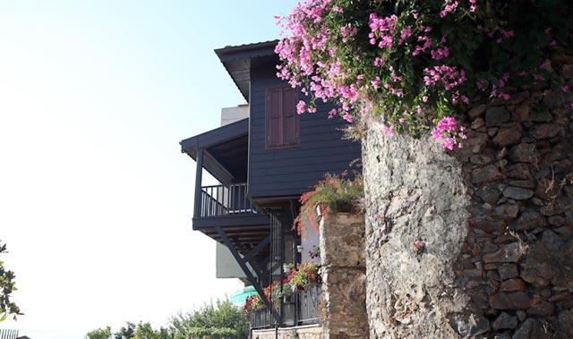 Surlarla çevrili koruma altındaki mahallenin sakinleri tarihi yapılarla iç içe yaşıyor